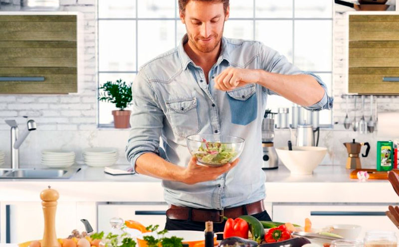 Hombre cocinando saludable